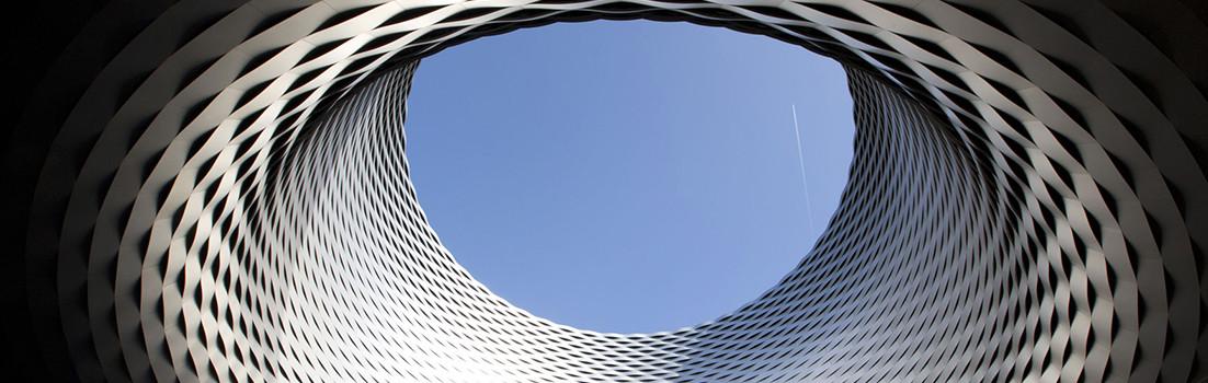 Anodisierte Aluminium-Fassade der Messehalle in Basel